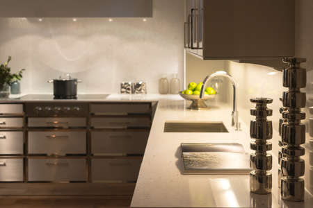 Stylish Modern Contemporary Kitchen with Underlighting and Silver Candle Sticks 版權商用圖片 - 35084586