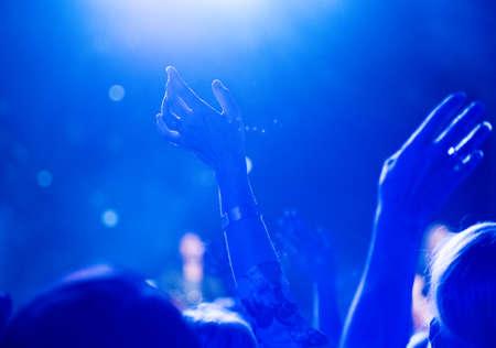 バック グラウンドでステージ上に匿名のギター プレーヤーでフォア グラウンド調達を両手