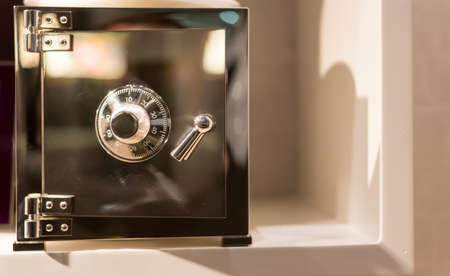 caja fuerte: Plata s�lido seguro con funciones de combinaci�n de marcaci�n Foto de archivo