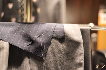 針と糸で固定してディスプレイ上スーツ布を裁断します。 写真素材