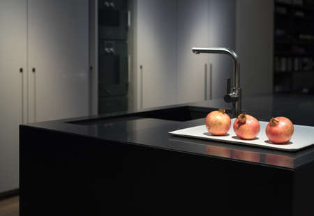 mostradores: Fresco y con clase, moderno y elegante Cocina con Granito Negro Piedra Encimera