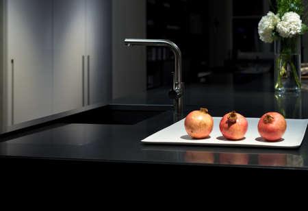 黒御影石石ワークトップとクールな上品なモダンでスタイリッシュなキッチン 写真素材