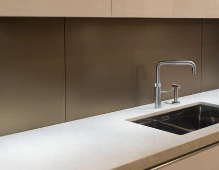 스틸 수도꼭지 및 싱크와 깨끗하고 현대적인 주방 조리대 스톡 콘텐츠