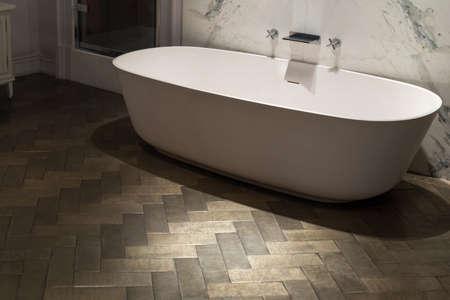 ceramica: Ultra elegante y lujosa tina de baño Foto de archivo