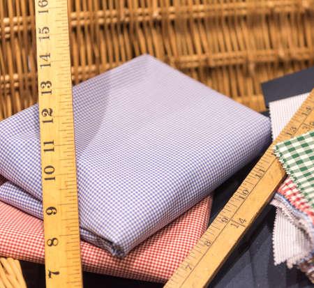 木製定規、測定テープ、はさみとかごの鮮やかな色見本