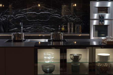 黒い大理石で高価でも予定のキッチン