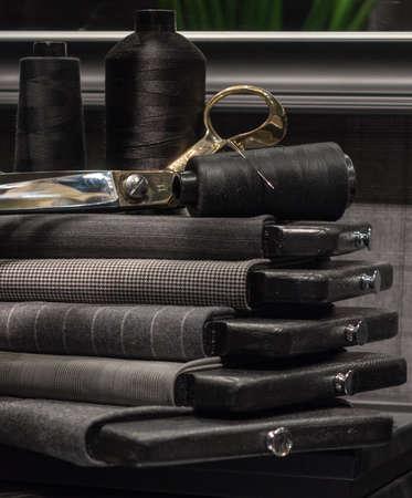 Stillleben der Schneiderladen mit Handwerkszeug und Stoff