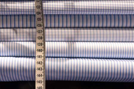 縞模様の布素材見本で仕立て屋の白テープ メジャー