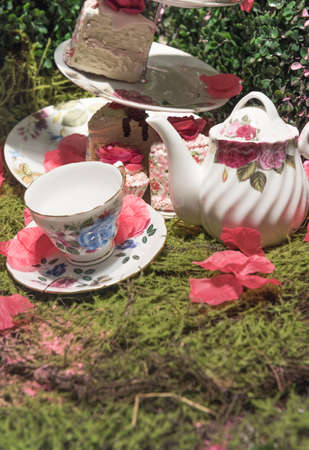 Luxurious Cream Tea Picnic Party Scene with Flower Petals and Old Fashioned Porcelin Tea Set 版權商用圖片 - 123325371