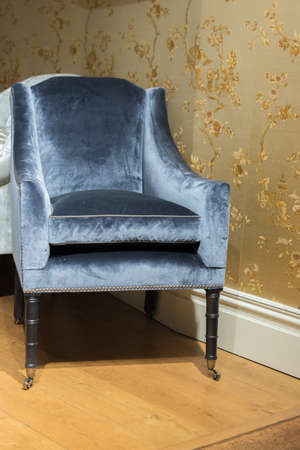 Expensive Vinrage Armchair in Gold Wallpapered Room Stockfoto