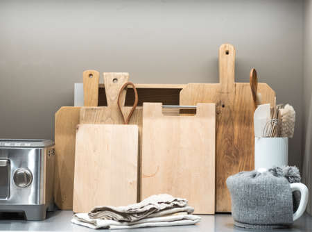 Collection of Chopping Boards on Metal Kitchen Counter with Teapot and Toaster 版權商用圖片 - 135021021