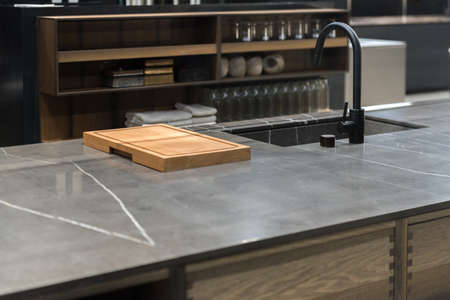 Sleek Stylish Stone Kitchen worktop with sink and chopping board 版權商用圖片 - 131750828