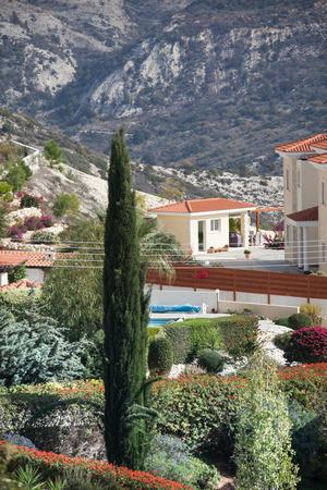 paisaje mediterraneo: paisaje mediterráneo en las montañas con la casa y el ciprés
