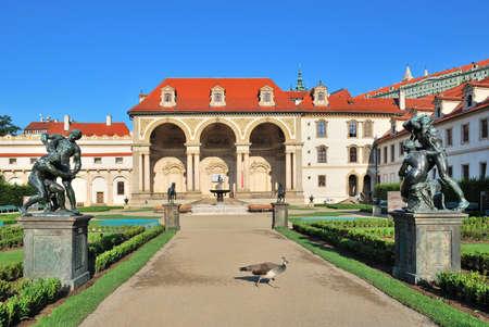 r�publique  tch�que: Prague, R�publique tch�que. Palais Wallenstein et le jardin, avec le paon sur le chemin Banque d'images