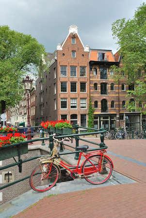 decorated bike: Amsterdam. Bel ponte decorato con fiori sul canale Brouwersgracht Archivio Fotografico