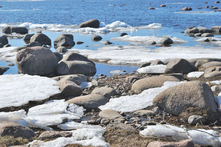 Melting snow on the shore of the spring gulf Foto de archivo - 97439879