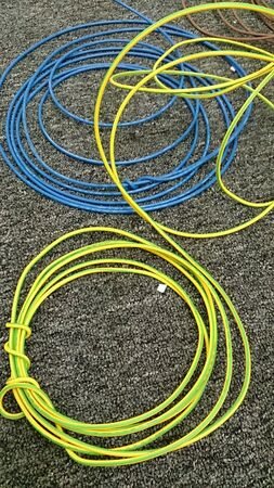 провода: Катушки проводов на ковер Фото со стока