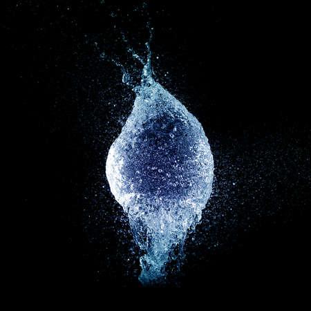 l'eau bleue splash éclatement ballon