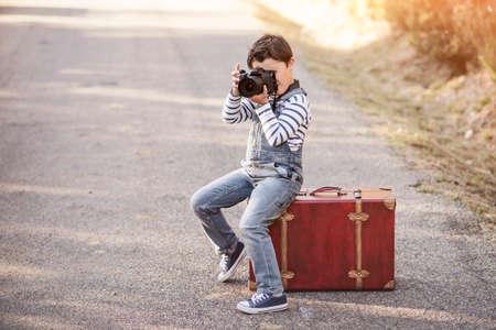 niños actuando: Boy with camera