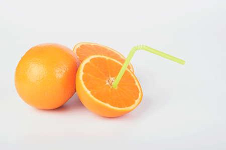 alimentacion balanceada: Naranjas aisladas sobre fondo blanco