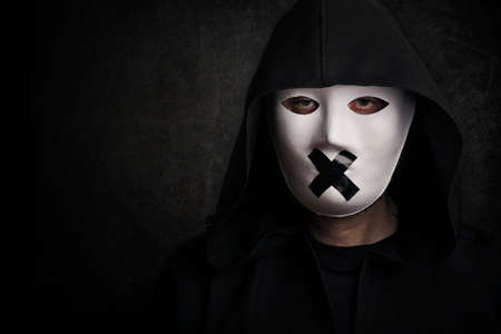 Hombre misterioso con máscara