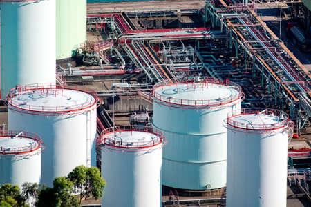 製油所の石油タンク
