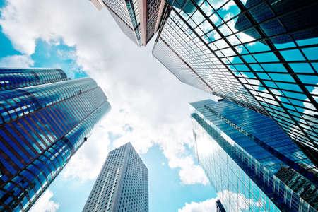 都市のガラス張りのモダンな高層ビルの視点