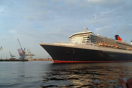Queen Mary 2, arrival in Hamburg 2012-05-20