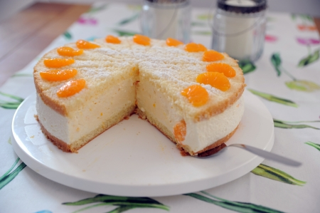 tort: Torte with cream, curd and manderines