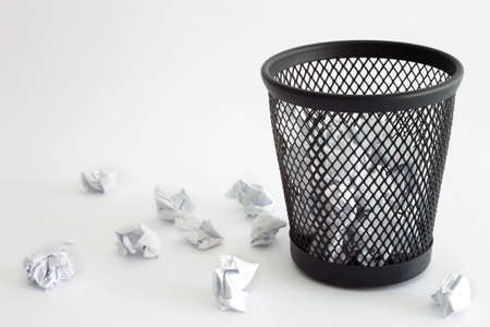 papelera de reciclaje: Basura y el papel - concepto de oficina Foto de archivo