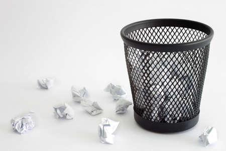 Vuilnisbak en papier - kantoor-concept Stockfoto
