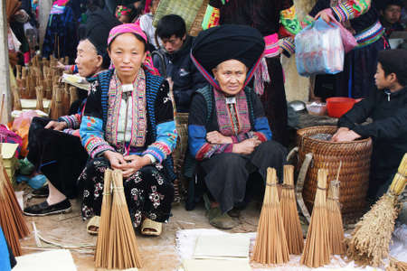 tay: HA GIANG, VIETNAM  - DECEMBER 7  Unidentified people of diferent ethnic groups in Lung Phin market  Lung Phin market is one of the most typical hill tribe markets in Vietnam