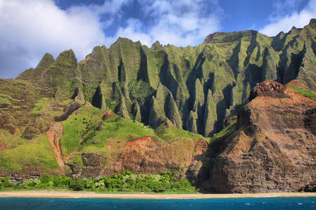 Jagged hills from catamaran at the dramatic Na Pali coast of Kauai, Hawaii Islands  免版税图像