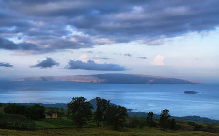 Kahoolawe 섬과 마우이에서 세계적으로 유명한 스노클링 장소 Molokini의 새벽에 봅니다.