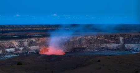 Vista panorámica del cráter activo del volcán Kilauea en la noche, los volcanes de Hawaii Parque Nacional, Isla Grande Foto de archivo