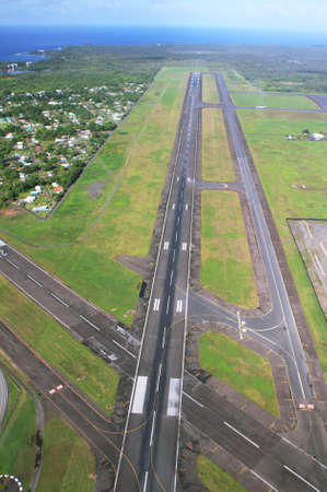 Views of landing runway arriving at Hilo airport, Big island, Hawaii Imagens