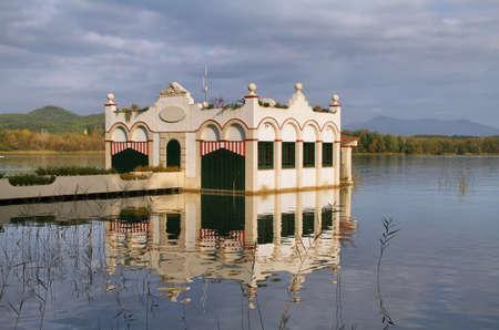 badhuis: Mening van oude badhuis in meer van Banyoles, Catalonië, Spanje Stockfoto