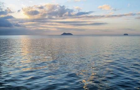 dafne: Tramonto da una crociera in barca con Daphne minori e maggiori isole Daphne a priorit� bassa, isola Galapagos, Ecuador