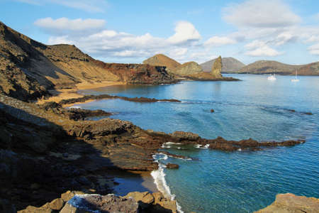 pinnacle: Veduta di Pinnacle Rock e dintorni nell'isola di Bartolome, Galapagos, Ecuador Archivio Fotografico