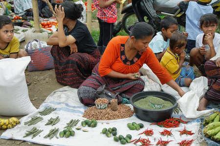少数民族グループ販売豆類、2009 年 9 月 22 日モニ、フローレス、インドネシアでのモニのカラフルな市場で果物のフローレス、インドネシア 9 月 22: