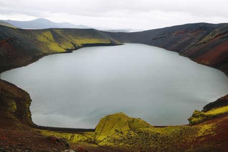 crater highlands: Ljotipollur lago del cr�ter del volc�n en Islandia