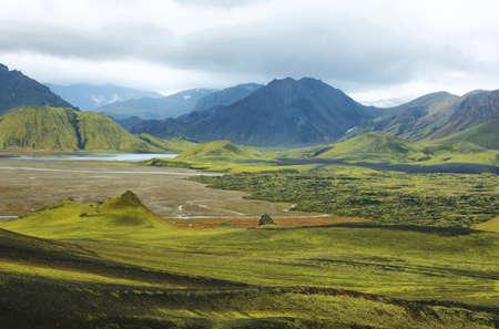 crater highlands: Majestuoso paisaje volc�nico cubierto de musgo en las tierras altas de Islandia