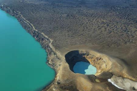 crater highlands: Vista a�rea del lago Lake Oskjuvatn y lago Viti en la regi�n de Askja, Islandia