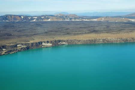 crater highlands: Vista a�rea del lago Lake Oskjuvatn y monta�as en la regi�n de Islandia Highland Foto de archivo