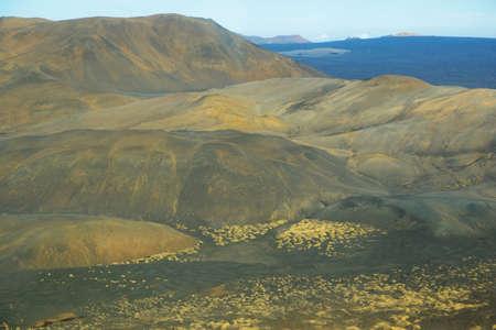 crater highlands: Vista a�rea de las monta�as y el paisaje volc�nico con colores de oto�o cerca de la regi�n de Myvatn en el norte de Islandia