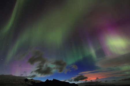 magnetosphere: Aurora boreale o l'aurora boreale e bardarbunga rosso eruzione incandescente in Islanda Archivio Fotografico