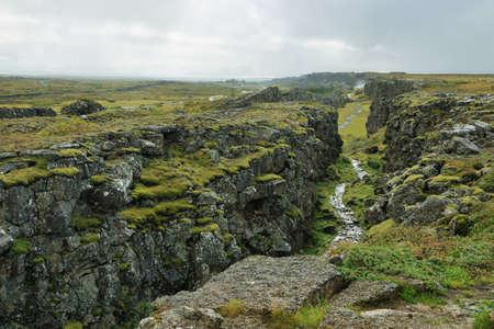 Parque Nacional Pingvellir en Islandia. Situado en una fosa tectónica que marca la cresta de la Cordillera del Atlántico Medio Foto de archivo - 34892605