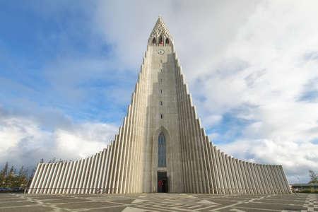 Catedral Hallgrimskirkja en Reykjavik, Islandia. A 73 metros (244 pies), es la iglesia más grande de Islandia. Foto de archivo - 34892702