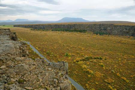 crater highlands: Vistas desde Eyjan roca en Asbyrgi. Asbyrgi es un ca��n en forma de herradura en J�kuls�rglj�fur parque nacional, Islandia. Foto de archivo