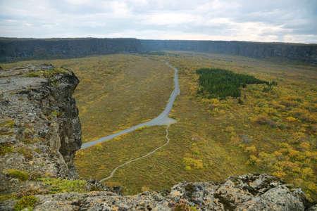 Vistas desde Eyjan roca en Asbyrgi. Asbyrgi es un cañón en forma de herradura en Jökulsárgljúfur parque nacional, Islandia. Foto de archivo - 35378073